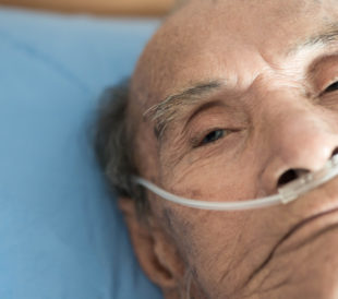 Old man with supplemental oxygen. Image: ShutterB/Shutterstock.com.